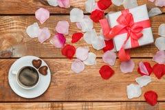 Cadeau et café de jour de valentines sur en bois Photo libre de droits