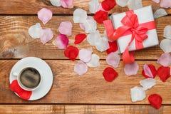 Cadeau et café de jour de valentines sur en bois Image libre de droits