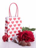 Cadeau et chocolats de Valentine Photo libre de droits
