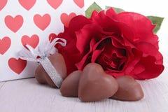Cadeau et chocolats de Valentine Images libres de droits