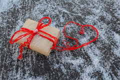 Cadeau et coeurs rouges Image libre de droits
