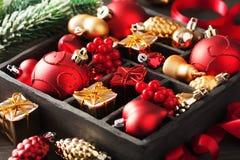 Cadeau et décoration de Noël dans la boîte en bois photographie stock