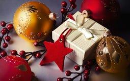 Cadeau et décorations de Noël Photographie stock libre de droits