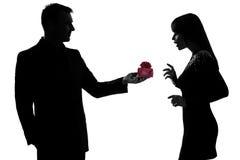 Cadeau et femme actuels de offre d'homme heureux Images stock