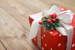 Cadeau et houx Photographie stock libre de droits