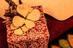 Cadeau et houx Photos stock