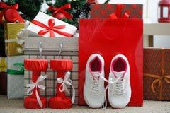 Cadeau et houx Chaussures sportives pour courir, forme physique d'haltères photo stock