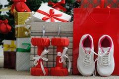 Cadeau et houx Chaussures sportives pour courir, forme physique d'haltères Photos libres de droits