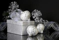 Cadeau et ornements argentés de Noël image stock