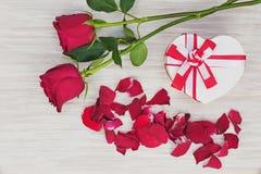 Cadeau et roses de jour du ` s de Valentine sur le fond en bois. Photographie stock libre de droits