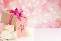 Cadeau et roses du ` s de Valentine avec un fond éclatant Images libres de droits