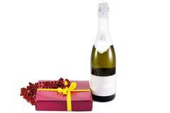Cadeau et une bouteille de champagne Photo libre de droits