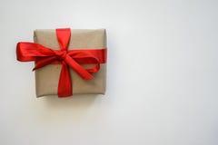Cadeau fait avec des mains photo stock