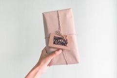 Cadeau fait main avec la carte de joyeux anniversaire, congratulati de célébration Photo stock