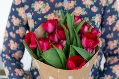 Cadeau floral, plan rapproché de bouquet de tulipe photo libre de droits