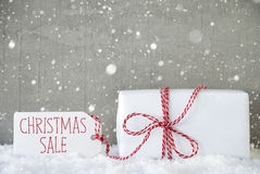 Cadeau, fond de ciment avec des flocons de neige, vente de Noël des textes Images stock