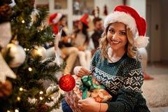 Cadeau gai de Noël d'ouverture de femme Image stock