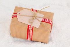 Cadeau gentil de Noël sur la neige image stock