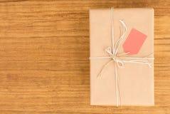 Cadeau gentil enveloppé avec le papier brun Photographie stock