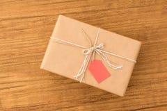Cadeau gentil enveloppé avec le papier brun Photo stock