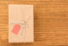 Cadeau gentil enveloppé avec le papier brun Images libres de droits