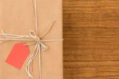 Cadeau gentil enveloppé avec le papier brun Photos libres de droits