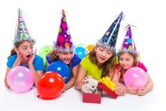 Cadeau heureux de chiot de filles d'enfant en fête d'anniversaire Image stock