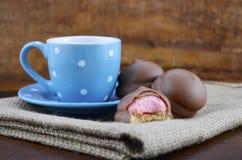 Cadeau heureux de pères des biscuits de café et de guimauve Photos libres de droits