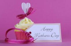 Cadeau heureux de petit gâteau de jour de mères Photo stock