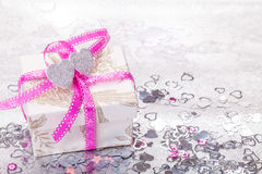 Cadeau, le jour de valentine, coeurs Images libres de droits
