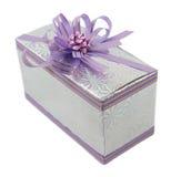 Cadeau lilas d'isolement sur le blanc Image stock