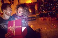 Cadeau magique dans la boîte pour Noël Photographie stock libre de droits