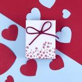 Cadeau ou boîte actuelle avec le ruban et fond coloré de coeur de scintillement double pour le jour de valentines Photographie stock libre de droits