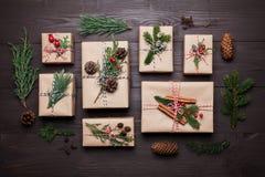 Cadeau ou boîte actuelle enveloppée en papier d'emballage avec la décoration de Noël sur la table en bois rustique d'en haut styl image stock