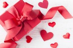 Cadeau ou boîte et coeurs actuels pour la carte de jour de valentines photos libres de droits