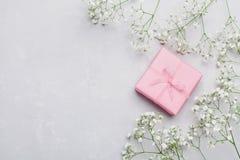 Cadeau ou boîte et fleur actuelles sur la table légère d'en haut Carte de voeux style plat de configuration Photos libres de droits