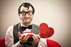 Cadeau ouvert d'amour de boîte à chocolat d'homme heureux de ballot Images stock