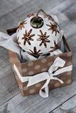 Cadeau ouvert de Noël sur la table en bois en décembre Photographie stock