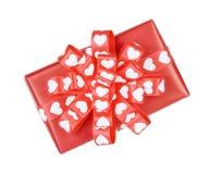 Cadeau parfaitement emballé avec l'arc des coeurs de ruban Image stock