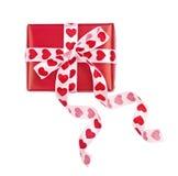 Cadeau parfaitement emballé avec l'arc des coeurs de ruban Photos libres de droits