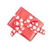 Cadeau parfaitement emballé avec l'arc des coeurs de ruban Photographie stock