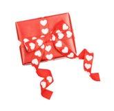 Cadeau parfaitement emballé avec l'arc des coeurs de ruban Image libre de droits