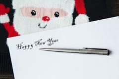Cadeau pendant la nouvelle année et la lettre pour des amis et des parents Photographie stock libre de droits