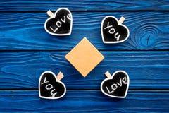 Cadeau pour l'homme sur l'anniversaire Boîte-cadeau parmi des biscuits dans la forme des coeurs avec amour de lettrage vous sur l Image libre de droits