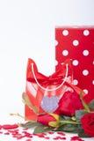 Cadeau pour la rose de jour et de rouge de valentines Photos stock