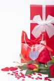 Cadeau pour la rose de jour et de rouge de valentines Image stock