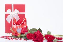 Cadeau pour le jour de valentines et les coeurs rouges Photographie stock libre de droits