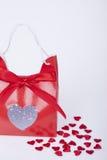 Cadeau pour le jour de valentines et les coeurs rouges Image stock