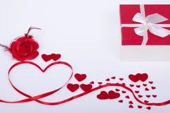 Cadeau pour le jour de valentines et les coeurs rouges Photos libres de droits