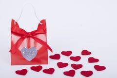 Cadeau pour le jour de valentines et les coeurs rouges Photographie stock
